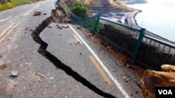 Jalanan antara Lyttelton and Sumner di Christchurch, Selandia Baru, rusak berat akibat gempa bumi pekan lalu.