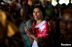 Seorang perempuan bernyanyi saat berdoa di paroki Saint Francis Xavier, yang merupakan bagian dari Ephphata, cabang dari gereja Katolik, sebelum kedatangan Paus Benedict XVI di Yaounde, 17 Maret 2009.