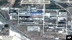 북한의 영변 핵시설 단지 위성사진으로 우라늄 농축공장 사진에는 120m 길이의 푸른색 지붕으로 표시되있다.