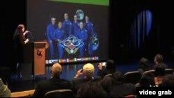 Hằng trăm sinh viên đại học và học sinh trung học chen chúc trong hội trường của Đại Học Tiểu Bang California ở Los Angeles để tham gia buổi nói chuyện với các phi hành gia trên Trạm Không Gian Quốc Tế qua video