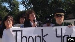 수전 숄티 북한자유연합 대표(가운데)가 워싱턴에서 열린 탈북자 강제북송 반대 집회에서 발언하고 있다.