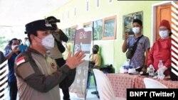Kepala BNPT, Komjen Pol Dr. Boy Rafli Amar, MH, meninjau pelaksanaan vaksinasi di Poso dan Tentena, Sulawesi Tengah, 27 Juli 2021. (Twitter/BNPT)
