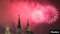 俄罗斯克里姆林宫上空的焰火表演(路透社)