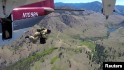 스모크점퍼가 비행기에서 뛰어내리고 있다.