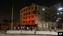 Warga berkumpul di luar gedung keamanan nasional Mesir setelah bom meledak Kamis dini hari (20/8). (AP/Mohamed El Raai)