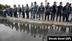 Taksim meydanında göstericilere karşı önlem alan emniyet birimleri