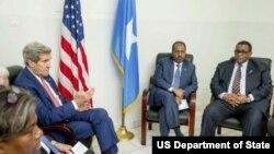 El secretario de Estado, John Kerry (izquierda) conversa con el presidente Hassan Sheikh Mohammed (centro) y el primer ministro Omar Abdirashid Ali Sharmarke (derecha) en el aeropuerto de Mogadiscio