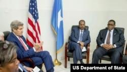 Ngoại trưởng Kerry gặp Tổng thống Somalia Hassan Sheikh Mohammed (giữa) và Thủ tướng Omar Abdirashid Ali Sharmarke (phải) tại sân bay ở Mogadishu, Somalia, thứ Ba 5 tháng 5, 2015.