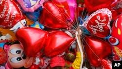 Vendedor de globos por el Día de San Valentín, Manila, Filipinas. 14-2-17.