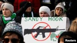 Manifestación en contra de la violencia en Washington: cuatro meses después de la masacre en Newtown, Connecticut, ese estado aprueba la más estricta ley de control de armas.