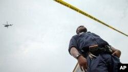 Helikopter memantau lokasi di sekeliling kompleks Navy Yard setelah muncul laporan adanya penembakan, Kamis (2/7).