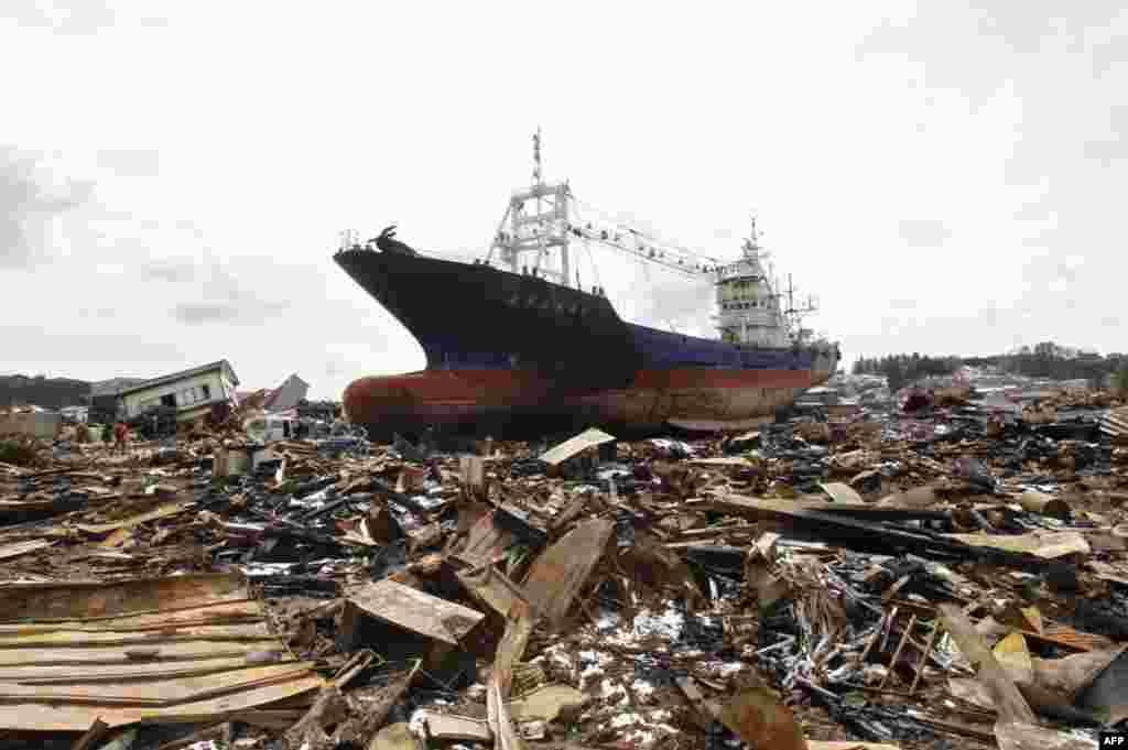 Судно, выброшенное на берег цунами на севере Японии. 17 марта 2011 год