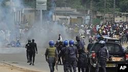 ຕຳຫຼວດ Ivory Coast ທີ່ຈົງຮັກພັກດີຕໍ່ທ່ານ Laurent Gbagbo ທີ່ປະກາດໂຕເປັນປະທານາທິບໍດີ ຕື່ມອີກນັ້ນ ປະເຊີນໜ້າ ກັບພວກປະທ້ວງ ທີ່ນະຄອນ Abidjan (16 ທັນວາ 2010)