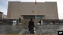北京市高级法院,门前下跪者为上访者(2009年11月10日)
