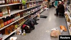 در آلاباما، عده ای از مردم ناگزیر شدند شب را در فروشگاه ها بگذرانند.