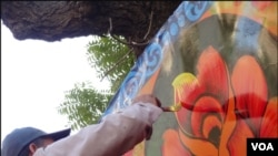 کراچی: ٹرک آرٹسٹ کام میں مگن ہے