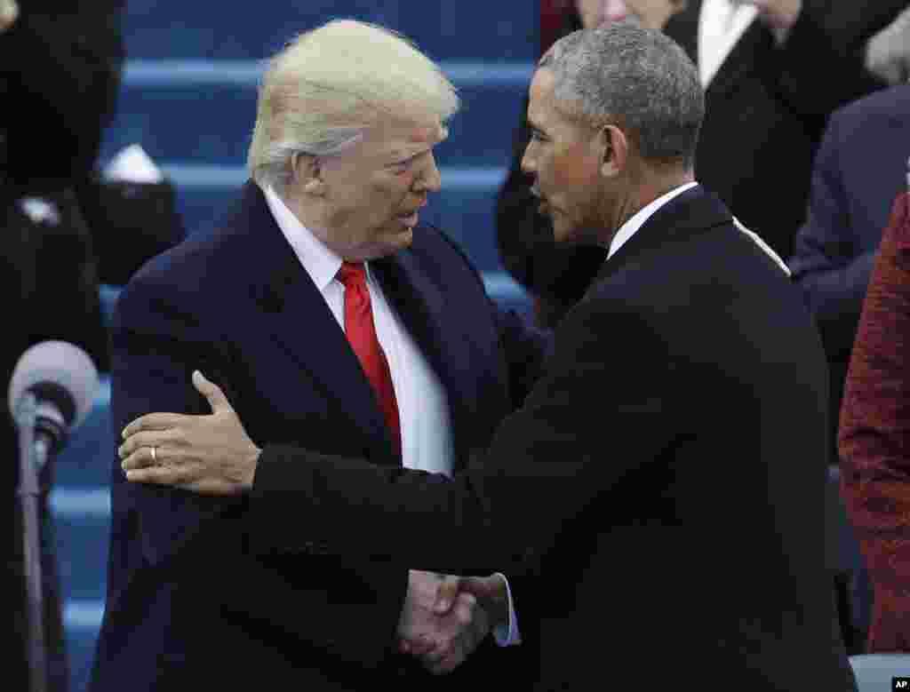 Presiden terpilih Donald Trump, kiri, bersalaman dengan Presiden Barack Obama sebelum Inaugurasi ke-58 di Gedung Capitol di Washington, 20 Januari 2017.