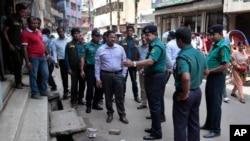 지난 4월 수도 다카에서 발생한 테러 사건의 현장을 조사하는 방글라데시 경찰 (자료사진)