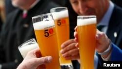 Des Allemands tiennent des bières pour le 500e anniversaire de la bière à Ingolstadt, Allemagne, le 22 avril 2016.