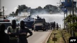 Les forces de sécurité ont fait usage de canons à eau contre les partisans de Jean Ping, à Libreville le 31 août 2016. (AFP PHOTO / Marco Longari)