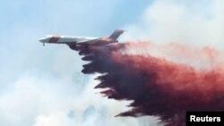 آگ بجھانے کی سرگرمیوں میں جہاز بھی استعمال کیے جارہے ہیں۔