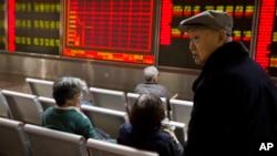 北京的一家证券公司里,电子屏幕显示上证指数下跌(2016年1月7日)