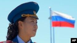 지난해 9월 러시아-북한 철도 개통식에서 북한측 축하악단 뒤로 러시아 국기가 보인다.