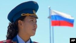 지난 2013년 9월 북한 라진에서 러시아와 북한을 잇는 철도 개통 기념식이 열린 가운데, 북한 여성 군악대원 뒤로 러시아 깃발이 보인다. (자료사진)