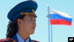 지난 2013년 9월 북한 라진에서 열린 러시아-북한 철도 개통식에서 북한 군악대원 뒤로 러시아 국기가 보인다. (자료사진)