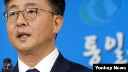 """홍용표 한국 통일부 장관이 10일 """"개성공단 중단 결정을 북한에 통보했다""""고 발표하고 있다."""