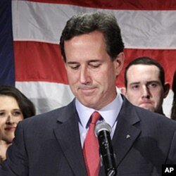 Oila a'zolari bilan turib, Rik Santorum poygadan chiqishini e'lon qildi. 10-aprel 2012.