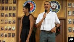 奥巴马总统和夫人2015年12月25日看望夏威夷美国海军陆战队官兵