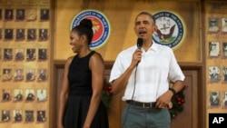Presiden AS Barack Obama (kanan) dan ibu negara Michelle Obama, dengan berpakaian santai, mengunjungi pangkalan korps marinir AS di Kaneohe Bay, Hawaii, Jumat (25/12).