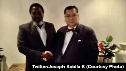 Mokonxi ya kala ya RDC Joseph KAbila (G) na motindami ya motuya ya Etats-Unis na Grands lacs Peter Pham na Kinshasa, RDC, 14 février 2020. (Twitter/Joseph Kabila K)