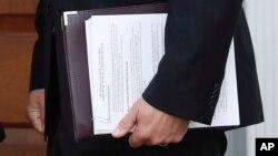 Fotografía de los documentos que llevó Kris Kobach a su reunión con el presidente electo Donald Trump.