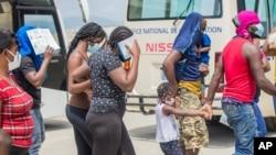 Des migrants haïtiens évacués par les autorités américaines à Port-au-Prince, Haïti à partir d'une ville frontalière du Texas où des milliers d'Haïtiens s'étaient rassemblés sous un pont après avoir traversé le Mexique, le 19 septembre 2021. (Photo Reuters /Ralph Tedy Erol)
