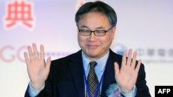 Direktur perusahaan ponsel 'China Mobile' Li Yue waves memberikan penjelasan di Taipei mengenai selesainya pembangunan serat optik bawah laut Taiwan-Tiongkok (18/1).