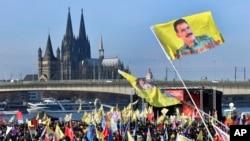 Demonstran pro-Kurdi berunjuk rasa di kota Cologne bagian barat Jerman, (12/10) memprotes pemerintahan Presiden Turki Recep Tayyip Erdogan. (AP Photo/Martin Meissner).