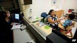 Marlaina Dreher bermain dengan anaknya, Brandon, penderita autisme di Pusat Perawatan Autisme di Atlanta, Georgia (foto: ilustrasi).