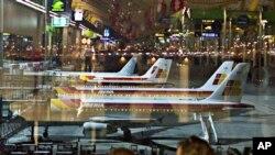 周六马德里机场上停着整排的飞机