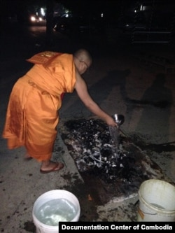 Samdech Preahmoha Areyavong, and Venerable Sao Chanthol give blessing to Youk Chhang's sister ashes at 5:30 am after being cremated on January 21, 2015. (Courtesy of Youk Chhang/Documentation Center of Cambodia)