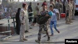 Binh sĩ Iraq ẵm bé gái bị thất tán bởi các cuộc tấn công ở Ramadi, ngày 19/5/2015.
