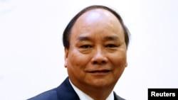 លោកនាយករដ្ឋមន្ត្រីវៀតណាម Nguyen Xuan Phuc ចូលរួមក្នុងសន្និសីទជាមួយនឹងលោកនាយករដ្ឋមន្ត្រីស្រីលង្កា Ranil Wickremesinghe នៅការិយាល័យរដ្ឋាភិបាលក្នុងក្រុងហាណូយ ប្រទេសវៀតណាម កាលពីថ្ងៃទី១៧ ខែមេសា ឆ្នាំ២០១៧។