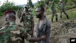 Des rebelles du M23 ayant capturé un homme qu'ils disent être un membre des FDLR, près de Kibumba au nord de Goma, le 27 novembre 2012. (AP Photo/Jerome Delay)