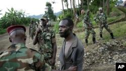 Un présumé combattant des FDLR arrêté par les rebelles du M23, de retour d'une incursion au Rwanda pès de Kibumba, au nord de Goma, le 27 novembre 2012.