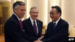 Thượng nghị sĩ Harry Reid, Đại sứ Mỹ tại Trung Quốc Jon Huntsman gặp Chủ tịch Quốc hội Trung Quốc Ngô Bang Quốc tại Sảnh Ðường Nhân Dân ở Bắc Kinh