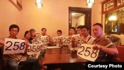 Blogger Nguyễn Vũ Hiệp (ngoài cùng bên trái) bị công an giữ chân không cho tới sứ quán. Anh Hiệp nói anh bị buộc hoặc phải lên làm việc với an ninh 'đột xuất' hoặc phải ngồi nhà. (Ảnh: Mạng lưới blogger Việt Nam)