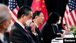 中共政治局委員楊潔篪(中)和中國外長王毅在阿拉斯加美中高層會談上。 (2021年3月18日)