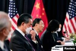 Delegasi China yang dipimpin oleh Yang Jiechi (tengah), direktur Kantor Komisi Urusan Luar Negeri Pusat dan Wang Yi (kedua dari kiri), Penasihat Negara dan Menteri Luar Negeri China.