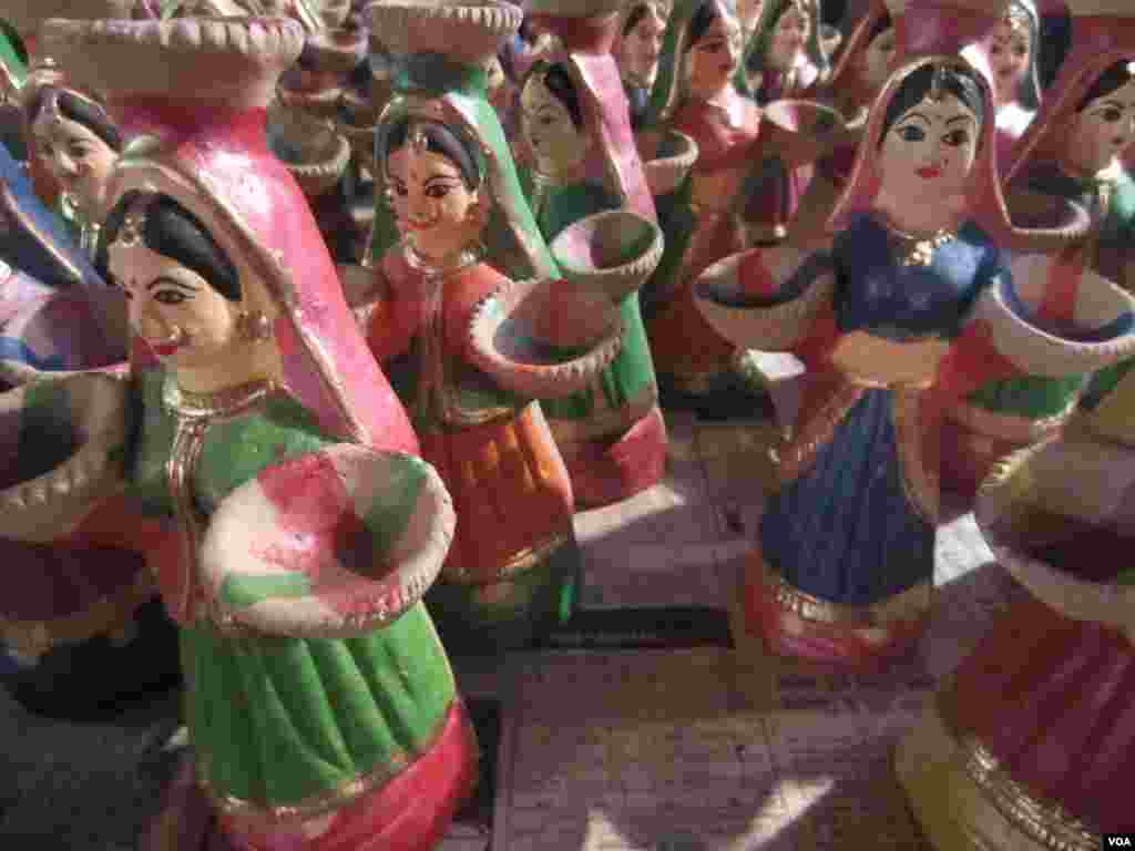 Clay dolls are among the trinkets people like to buy during the Diwali festival. (Aru Pande/VOA)